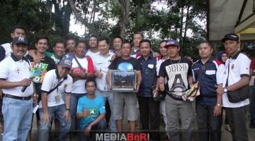 Penyerahan trophy oleh Ketua BnR Sumbar kepada Jambi Team