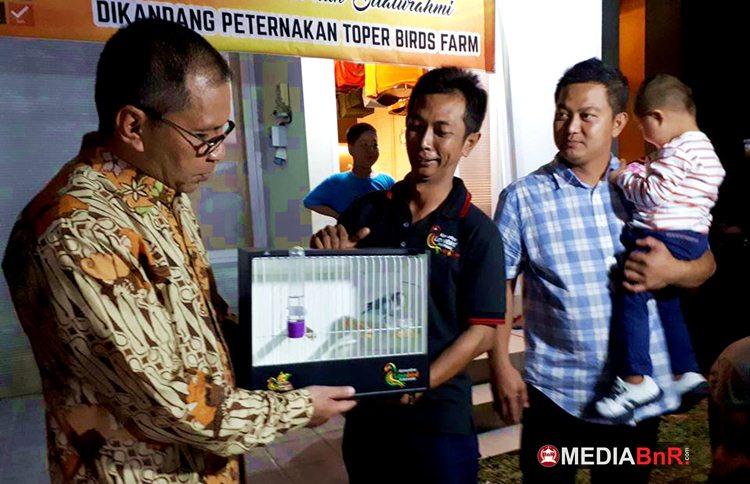 Perwakilan KLI Makassar (Usman) Menyerahkan Love Bird Eksotik Kepada Danny Pomanto Sebagai Dukungan untuk Beuty Contest