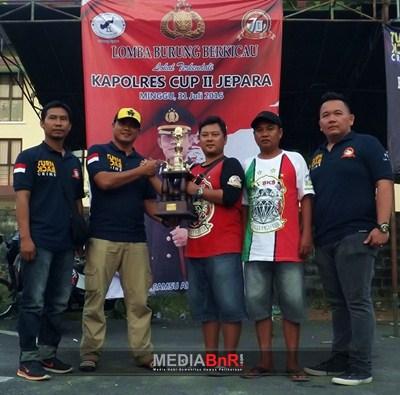 Perwakilan Dari V3 BKS Menerima Thropy Juara Singgle Figther