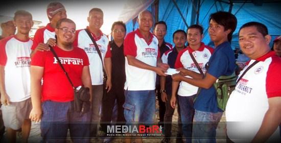 Salah Satu Warga Cimacan Saat Menerima Sumbangan Dari Yayasan BnR