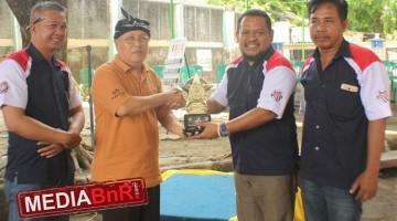 Sekda Indramayu yang mewakili Bupati yg tidak bisa hadir menyerahkan Piala kepada ketua BnR Indramayu H. Nanang