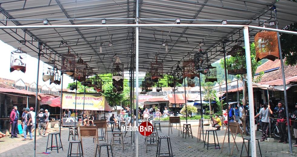 Suasana gantangan pasar burung Sasana Kukila Magelang