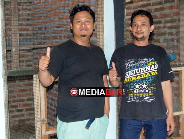 Sudarmaji Kiri Pemilik Ring Putra Kicau Bf bersama perawat handal Dedy Surabaya berpose depan kandang Breeding