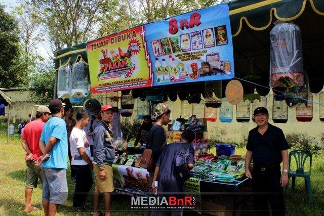 Sutrisno (kanan berkaos hitam) Saat Berada di Tenda Penjualan Griya Pakan di Walikota Cup I Mojokerto