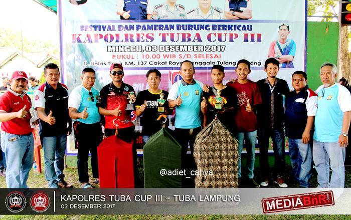 kapolres tuba memberikan trophy kepada pemenang dikelas kacer kapolres