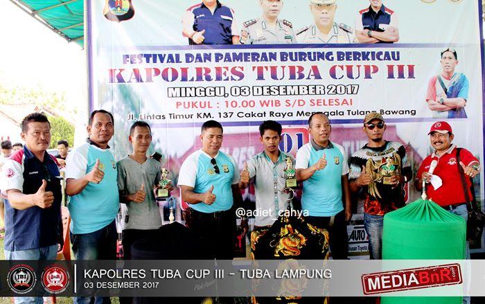 kapolres tuba memberikan trophy kepada pemenang dikelas murai batu kapolres