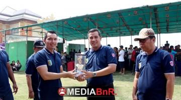 ketua umum bnR Indonesia memberikan cindera mata kepada Kabupatan Pesawaran dan diterima langsung oleh Bapak Bupatu Pesawaran