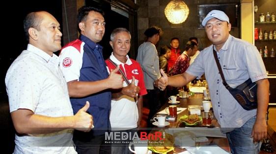(ki-ka) H. Ulum, H. Wiebie, Fuyi dan Ipan Sodron Pose Bareng Usai Penyerahan Seragam Ketua BnR Malang