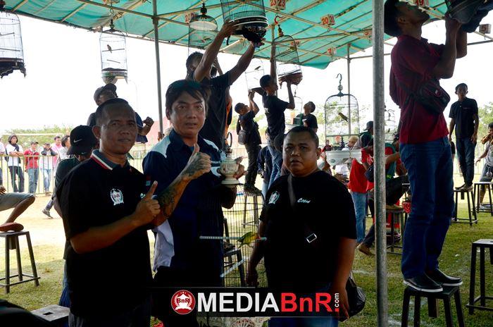 om Dedy Tatto pengurus Radjawali Indonesia photo bersama pengurus BnR Lampung sebelum menggantang jagoannya