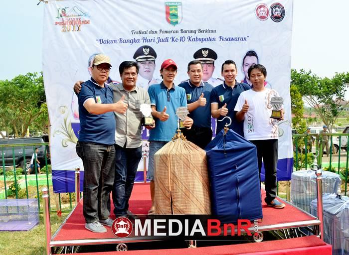 para juara dikelas kacer Sekda photo dipodium juara bersama Bupati Pesawaran, Sekda Kabupaten Pesawaran dan ketua umumBnR Indonesia
