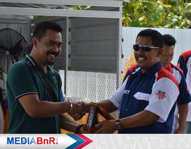 pemberian kenang-kenangan untuk Radjawali Indonesia Semarang yg diwakili oleh Mr Jefri GNE