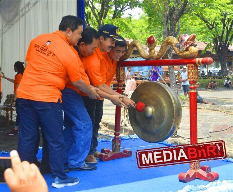 pembukaan lomba dengan simbolis pemukulan gong