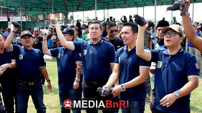 segenap jajaran pemerintah kabupaten pesawaran bersama Bupati Pesawaran dan ketua umum BnR Indonesia melepaskan burung ke alam